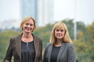 Cecilia och Sara med Södermalm i bakgrunden